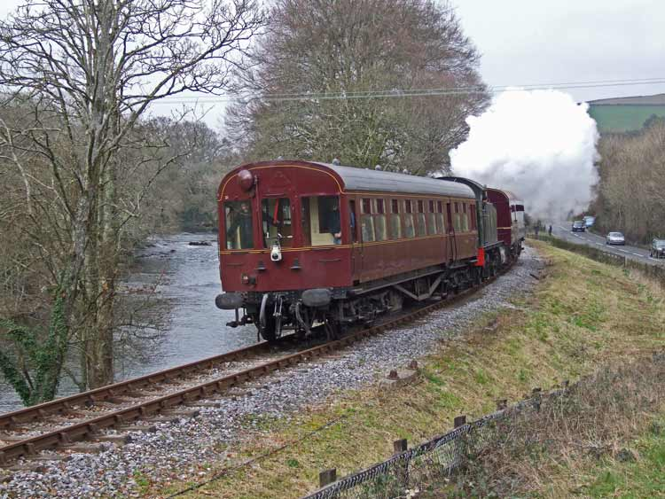 GWR 5542 between 2 autotrailers beside the River Dart